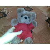 Medvídek v červeném oblečku